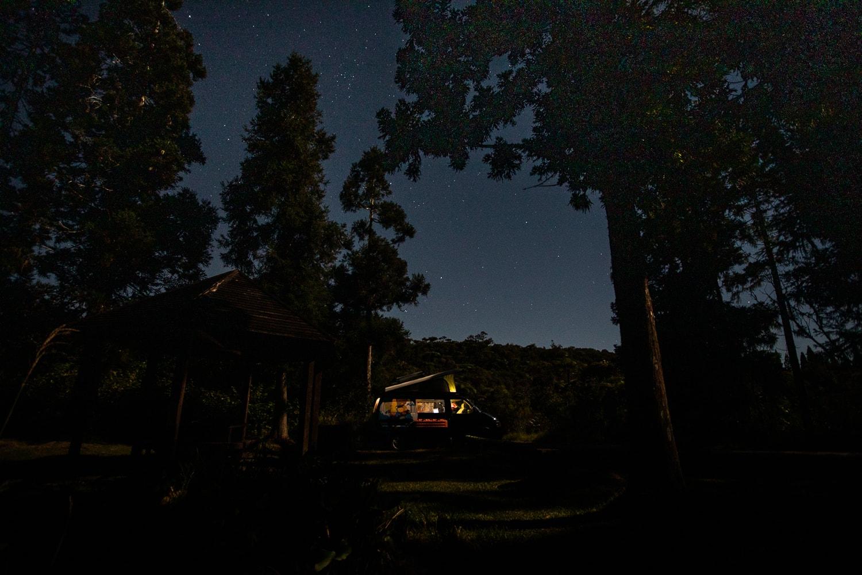 2- Avoir une lampe (puissante) d'appoint Les journées sont aveuglantes à cause du soleil et les nuits sombres ! Sachez-le, les rues à l'ile de la Réunion, ne sont quasiment pas éclairés alors autant vous dire que la nuit en pleine nature vous n'y verrez rien. La lampe frontale c'est donc l'accessoire d'appoint indispensable en cas de petit pipi nocturne. Pour s'éclairer avec une lumière toute douce, on vous conseille le combo BaseLantern + SiteLight de Biolite pour toujours avoir une lumière naturelle sur votre camp de base. Rechargeable par USB cette lampe ne nous quitte plus lors de nos roadtrip !